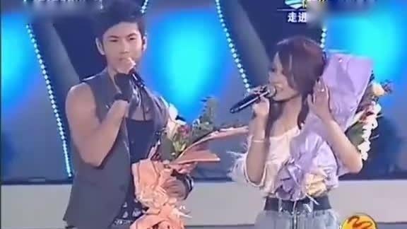 张韶涵、黄晓明演唱经典歌曲《隐形的翅膀》