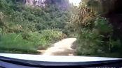 牛人开车穿越山中小路,路面仅有一车宽,网友:注意速度啊