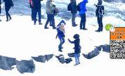 冰岛游客不顾危险抱婴儿翻越栏杆靠近瀑布