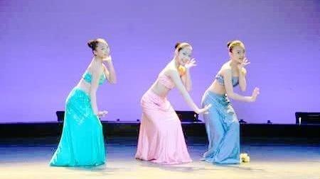 越南的大学生在毕业晚会上跳的这支舞蹈,优美的身姿让人疯狂