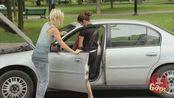 国外恶作剧:汽车自动溜车逃避处罚 路人被斥责一头雾水
