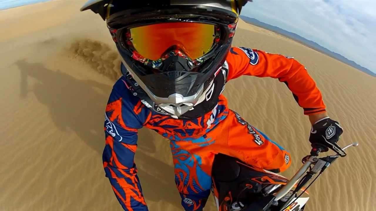 酷炫的沙地摩托车