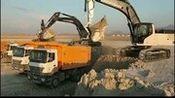 日光下的HMK370LHD挖掘机装车工作视频