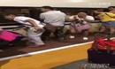 实拍幼童坠入高铁站台缝隙 客运员探身一分钟将其救起.