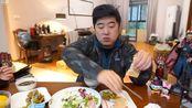 [雪纳瑞三口之家] 11月27日 8点 哈尔宾香肠杂蔬沙拉鱼片粥全麦面包