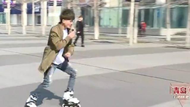 快乐男声海选:厉害了我的轮滑哥一边唱歌《成都》一边溜冰