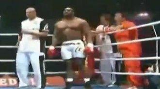 野兽级拳手互殴裁判也不敢阻拦 擂台都快塌了