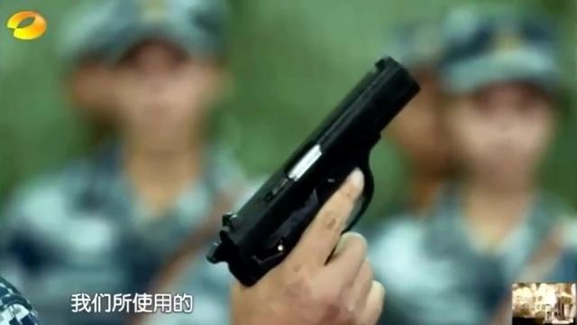 王威打枪射击杨幂一直看着他!好深情:小威威别丢人啊!好有爱