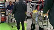 默克尔进超市采购 入手4瓶葡萄酒与卫生纸 并未见其佩戴口罩