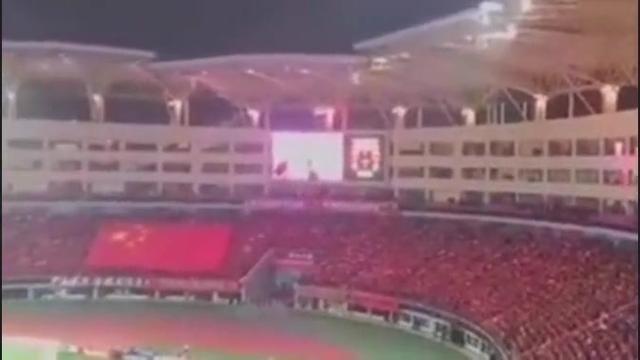 国足赢了,万人齐唱中华人民共和国国歌
