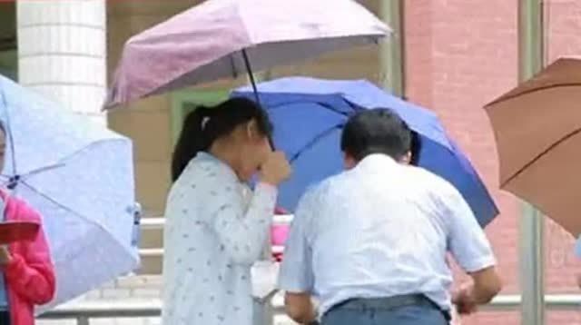 """针对网络流传的""""小学生为校领导打伞""""视频,6月18日,重庆市沙坪坝区树人小学校官方通报称,当时,是一位打着伞负责递送毕业证书的同学站在校长身后,顺势为其遮雨,校长全神贯注为毕业生颁发证书和简短交流,未注意到。"""