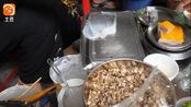 越南这道街头小吃像极了广东的肠粉,吃法别具一格