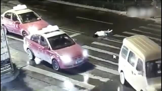 河南驻马店斑马线上的一起车祸,路过的人良心会痛吗?