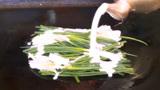 日本大妈随手煎一把葱,30元1份一天5000不够卖,食客:想吃早点来
