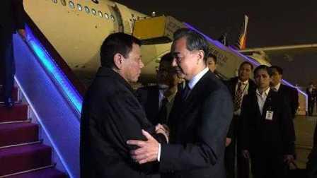 菲律宾总统杜特尔特抵达北京 展开历史性访问 外交部长王毅到机场迎接