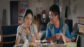 男子和美女一起逛北京,拍合照,有你陪伴每天都开心