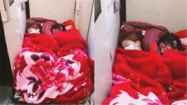 俩女孩火车过道处铺床淡定酣睡 12306:过道不能占用
