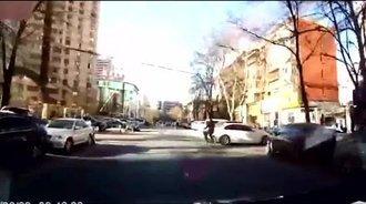 摩托车撞上大众途观后摔倒,记录仪拍下让我尴尬的一幕
