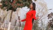 红衣女子翻唱《玛尼情歌》,苗条的身材,唱出醉人的情歌!