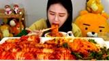 """韩国吃播:""""泡菜包饭+香辣拌面"""",看着真诱人,卡妹吃得真馋人"""