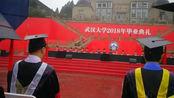 毕业典礼突然下大雨,校长导师全程淋雨,伞都给了台下的毕业生!