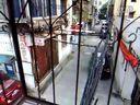 今天7月18日下午5点50分临平.东湖街道庙前社区在九曲营小区18幢前违法设立违法私人停车场场景