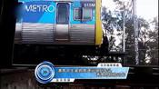 澳高中生紧抓高速行驶列车头秀高危惊险动作-娱乐百分百-蓝天传媒