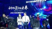 视频:刘强东陪女儿爬地垫 奶茶妹妹拍照晒幸福