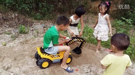 萌宝秀-益智玩具235 宝贝们玩挖掘机挖沙子寻宝 亲子游戏 儿童玩具车 开箱神秘大奖 遥控挖掘机视频演示 玩具总动员 迪士尼水果切切乐猪猪