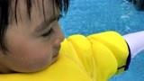 陈若仪晒双胞胎儿子游泳照 萌娃睫毛浓密像极林志颖