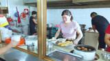 厦门特色早餐粥,一碗带肉6元,人气爆满,厨房6个人忙不停