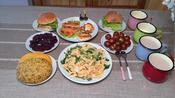 青岛一家的花样早餐:今天中西合璧,孩子的炸鸡汉堡和大人的粗粮