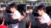王俊凯被黄牛强行搂肩,杨颖女粉丝被职业代拍锁喉?这些人比私生饭还烦