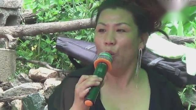 农村流浪歌手深情演唱一曲情歌,唱功不输专业歌手