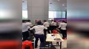 广东某市4s店两情侣为拍抖音用3个八万麻将买车,被业务员群殴