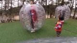 农村夫妻玩碰碰球,媳妇摔倒姿势太完美,2岁宝宝为啥追着爸爸打