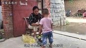 农村2岁儿子想买新鞋子,看他找了啥理由?妈妈也是很无奈