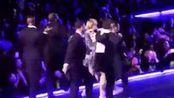 陈奕迅偷偷买票去看周杰伦演唱会被发现,他究竟有多喜欢当粉丝
