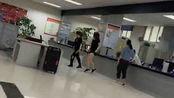 【平顶山】2名女子竟在行政服务大厅跳广场舞 一旁还有人在办事