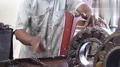 手工清洗火车转向架轴承,清洗过的轴承焕然一新