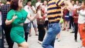 (郑州公园尬舞团第67集)兰博大叔与气质姐的双人尬舞-不一样的广场舞