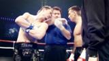 日本拳手赛前叫嚣早点KO去度假 反被8秒飞膝打晕