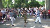 【郑州】公园尬舞景象:大妈和小孩斗舞数百人围观 大爷激情加入