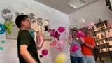 5566成员许孟哲结婚2个月火速当爸,与娇妻戳气球揭晓宝宝性别
