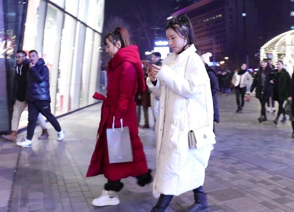 三里屯街拍,北京夜晚很寒冷,怕冷的小姐姐戴上帽子也好看
