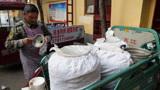 济宁藏小区20年糊粥,大叔拉4桶粥9点卖完,1.5元喝大碗,真好喝