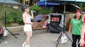 街头艺人娜娜和敏敏演唱《美美哒》,劲歌热舞带动全场气氛