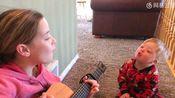 """小女孩弹吉他对她患有唐氏综合征的弟弟说:""""你是我的阳光!"""""""