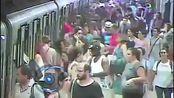 监拍女子乘地铁被夹 惨遭拖拽致肺穿孔