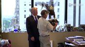 唐纳德·特朗普拍宣传照被老鹰啄!